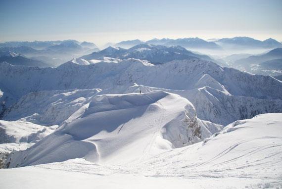 """Blick über den überraschend """"flachen"""" Gipfelbereich nach Süden"""