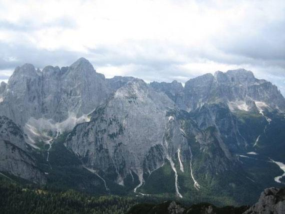 Im Südwesten erheben sich die mächtigen Massive des Wischbergs (2666m, links), des Grande Nabois' (2313m, rechts vor dem Wischberg) und des Montasch's (2753m, rechts)