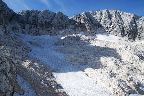 Die Reste des einst mächtigen Kaningletschers; bei den Schneefeldern am Wandfuß beginnt der Klettersteig