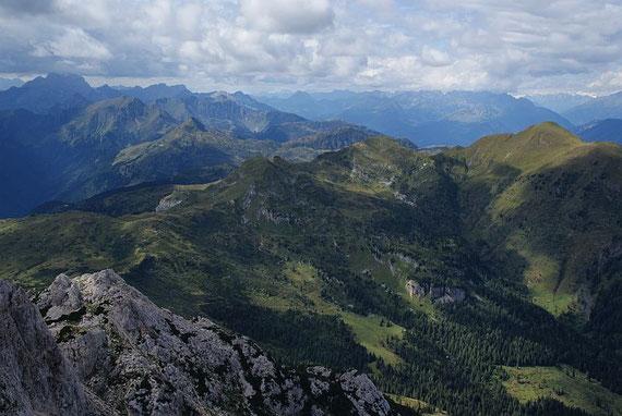 Herrlicher Blick nach Westen, ganz links im Bild das Kellerwandmassiv