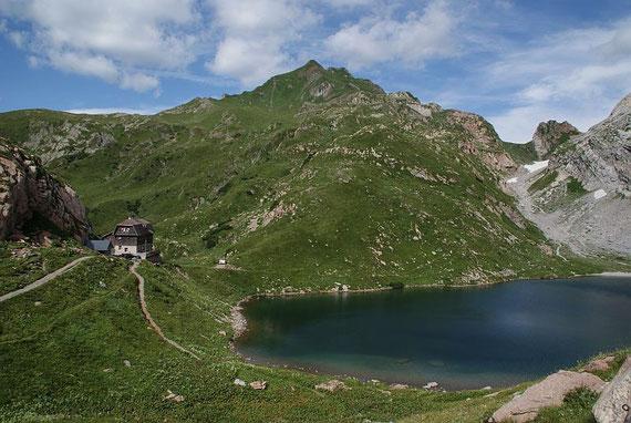 Der See mit der Wolayerseehütte und dem Rauchkofel
