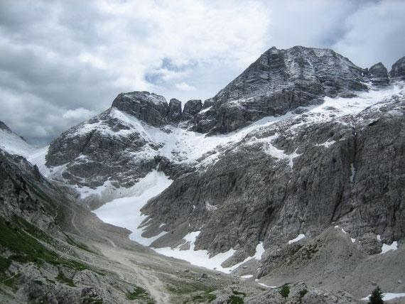 Von der Gondelstation aus der Blick zurück auf den Gipfel sowie das Felsfenster (rechts vom Gipfel) und den Sella Prevala (links vom Gipfel)
