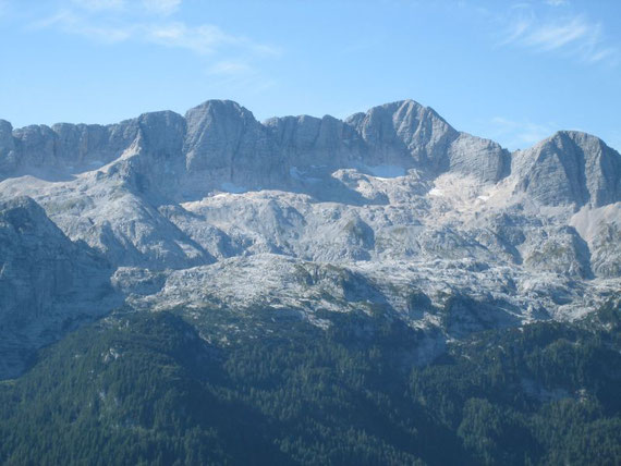 Im Süden erhebt sich der Kanin (2587m) mit den letzten Resten seines Gletschers