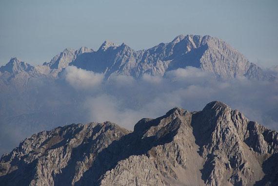 Im Osten zeigen sich die Steiner Alpen, im Vordergrund die Vertatscha