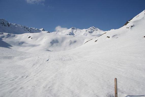 Das Hochkreuz (Bildmitte, links) in seiner vollen Pracht, der Aufstieg erfolgt zwischen den beiden Gipfel in der Bildmitte und dann weiter über den Grat, rechts im Bild der Schwarzwandkogel; 17.4.2011