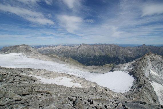 Die Sicht nach Norden ist gewaltig und reicht vom Dachstein bis zum Toten Gebirge