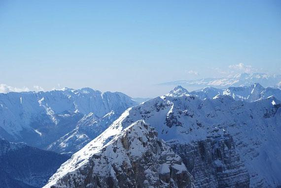 Vom Wandfuß der beeindruckende Blick zum Alpenrand