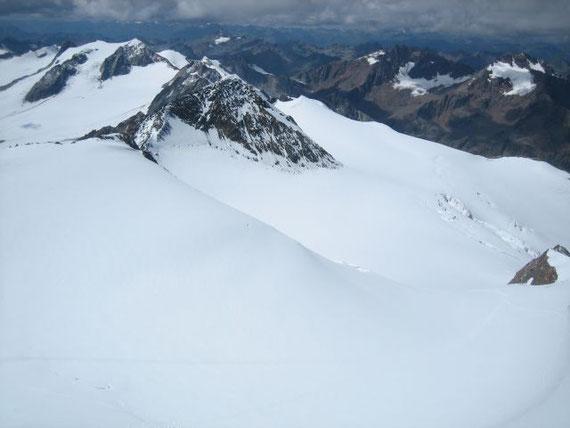 Der Blick nach Westen, im Vordergrund erhebt sich der Hintere Brochkogel (3653m), links davon im Hintergrund ist der Vernagtferner mit der Hochvernagtspitze (3539m) zuerkennen. Rechts vom Hinteren Brochkogel liegt die Aufstiegsroute