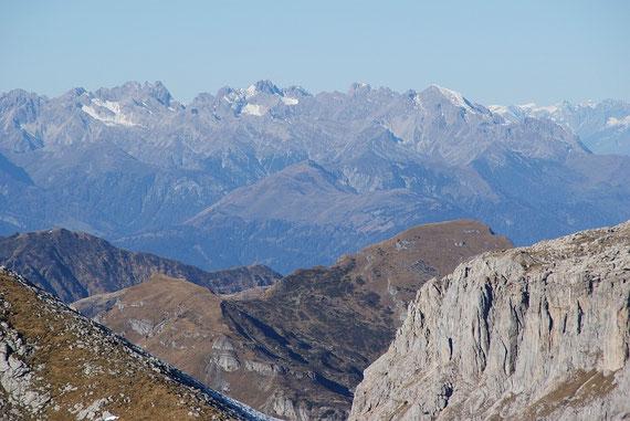 Die Ringmauer mit dem Hochwipfel, im Hintergrund die Lienzer Dolomiten (braune Gipfel im Vordergrund)
