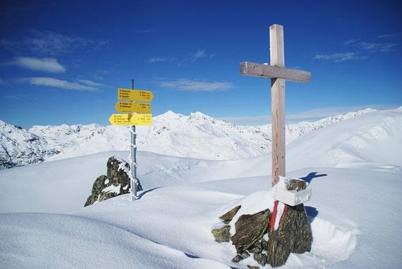Am Gipfel, im Hintergrund das Hochkreuz