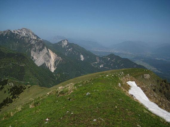 Im Dunst kann man den Dobratsch erkennen, links im Bild erhebt sich der Mittagskogel und der markante Ferlacher Spitz, im Tal wartet der Faaker See auf die ersten mutigen Badegäste