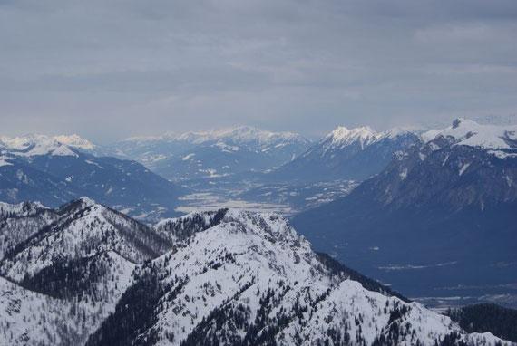 Vom Gipfel aus bietet sich dann ein herrliches Panorama, hier der Blick ins Gailtal mit dem Dobratsch und dem Spitzegelkamm rechts und dem Oisternig links