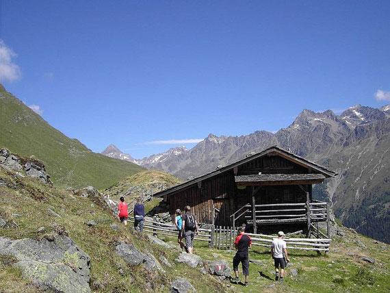 Die Seewiesenalm, im Hintergrund markant der Glödis sowie weitere Gipfel der Schobergruppe