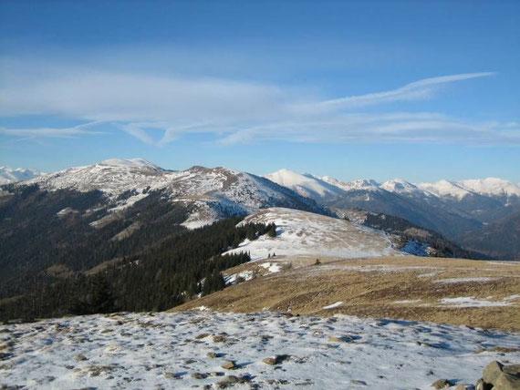 Vom Gipfel aus hat man einen herrlichen Rundblick. Hier zeigen sich im Nordwesten der Mirnock (2110m, abgeweht) sowie der Rosennock (2440m, rechts davon)