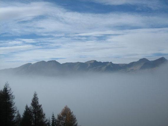 Im Tal, nichts Neues! Hochnebel! Selbst noch in 1604m auf dem Maltaberg steckten wir (in diesem Falle meine Schwester und ich) in dichtem Nebel. Aber schon bald zeigten sich einzelne blaue Flecken am Himmel