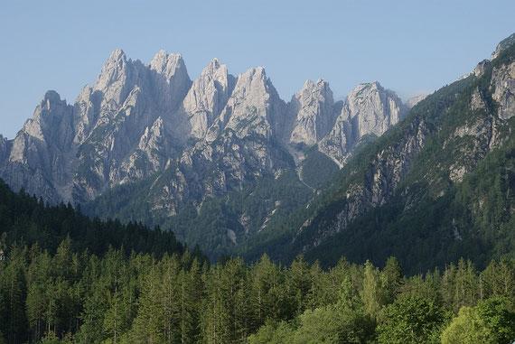 Von Aupa der Blick zu den Crete di Gleris, der Monte Chiavals ist ein Teil davon und versteckt sich hier aber links der Bildmitte