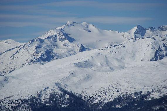 Vom Gipfel der Blick zur dominanten Hochalm, im Vordergrund das Stubeck und das Faschaunereck