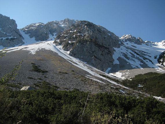 Ein erster Blick hinauf zum Hochstuhl, über den teils bewachsenen Rücken führt der Klettersteig