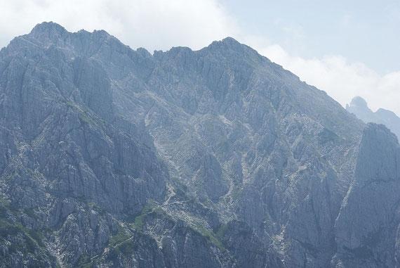 Blick hinüber zum Monte Chiavals, sehr schön ist der Kreigssteig zu erkennen, welcher den Hang nach rechts quert