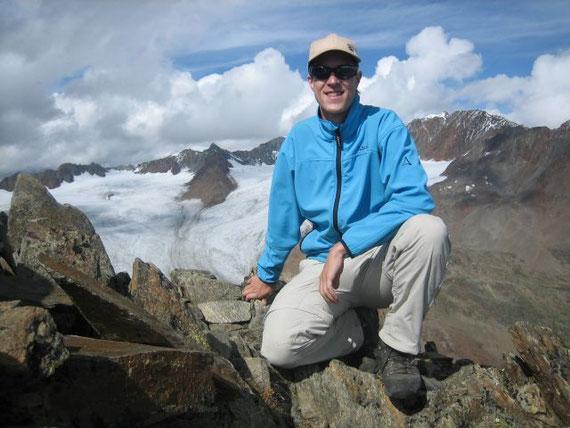 Meine Wenigkeit am Gipfel, mit dem Vernagtferner im Hintergrund. Rechts zeigt sich auch als kleine Spitze mit weißer Schulter die Wildspitze (3770m)