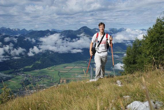 Die letzten Meter zum Gipfel, im Hintergrund der Oisternig