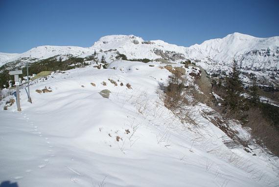 Blick zur Ringmauer (Aufstieg über den Grenzkamm und die Variante a)