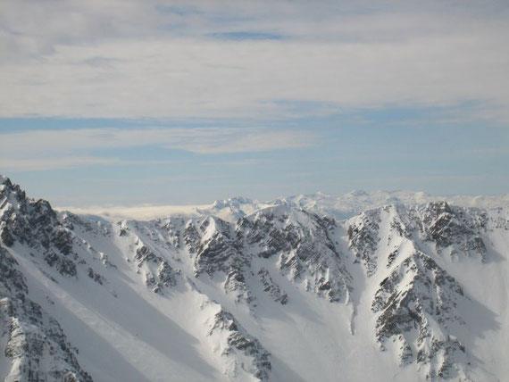 Der Kamm von Hochstuhl zum Weinasch, im Hintergrund die Julischen Alpen