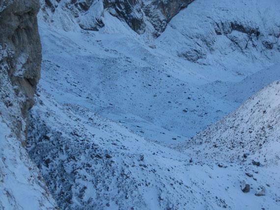 Der Blick ins Eiskar; trotz eines strahlend schönen Tages liegt der Gletscher im Oktober bereits komplett im Schatten