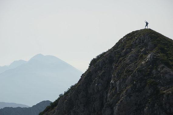 Auf einem kleinen Gipfelchen, im Hintergrund der Hochstuhl