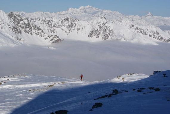 Die letzten Meter auf den Gipfel, im Hintergrund zeigt sich die Hochalm