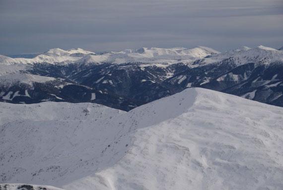 Vom Gipfel der Blick hinüber zum Stubeck, im Hintergrund die Nockberge