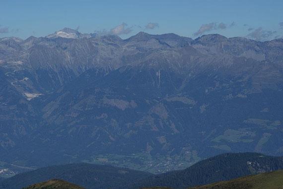 Im Norden zeigen sich die Hohen Tauern, hier Hochalm (links) und Reißeck (Mitte)