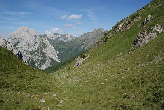 Blick vom schönen Sattel nach Westen zur Raudenspitze (rechts)