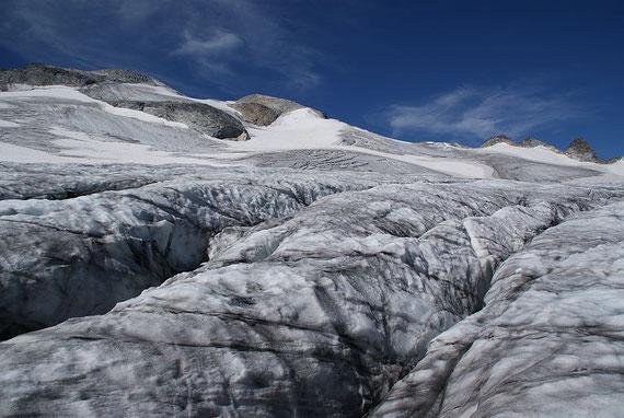 Die ersten Spaltenzone am unteren Rand des Gletscherbodens