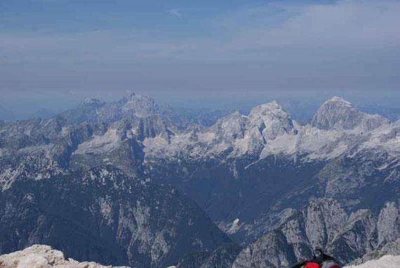 Im Westen zeigen sich Mangart, Jalovec, Wischberg und Montasch (von rechts nach links)