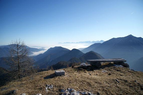 Blick nach Osten über das Nebelmeer, am Horizont sind die Karawanken zu erkennen