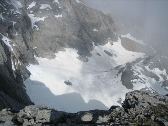Der Blick vom Gipfel hinunter ins Eiskar, dem südlichsten Gletscher Österreichs