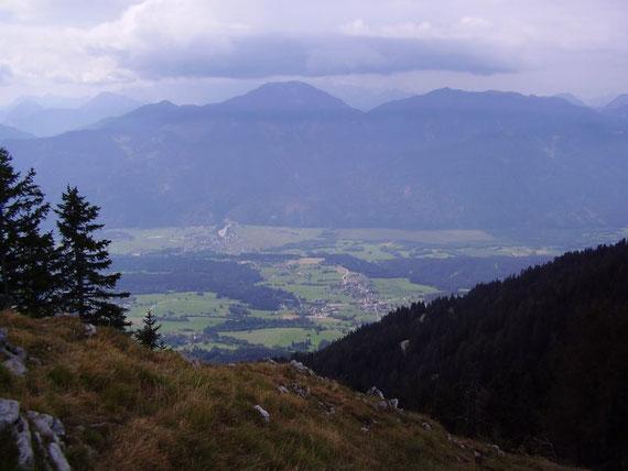Knapp unterhalb des Gipfels der Blick nach Süden ins Gailtal (St. Stefan und Vorderberg) sowie auf den Oisternig (2052m)