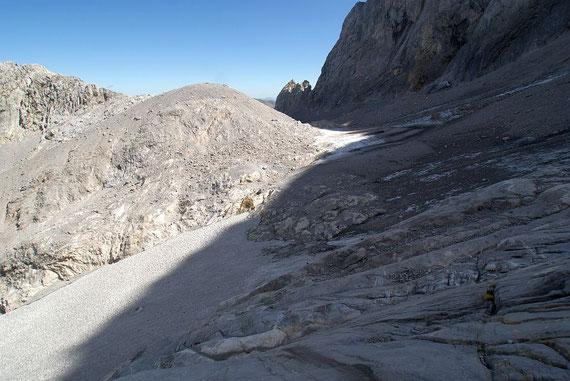 Blick von Westen über den Eisscheitel; im Vordergrund der schmale Zungenansatz