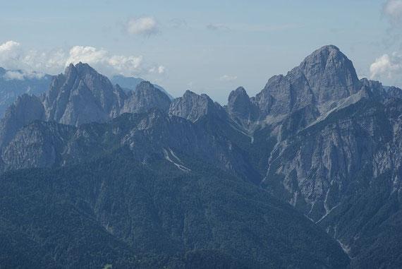 Zwischen Monte Sernio und Creta Grauzaria hindurch reicht der Blick bis zum Meer