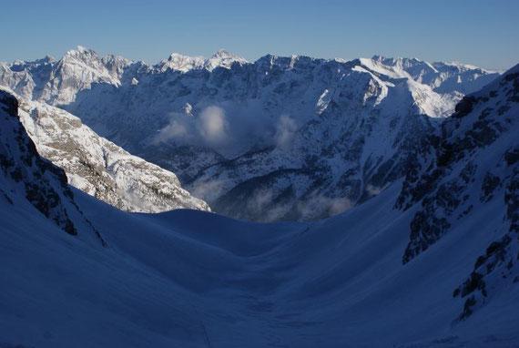Von Südosten her ist die Bärenlahnscharte deutlich einfacher zu besteigen und stellt eine schöne Firntour dar, im Hintergund erhebt sich der Triglav