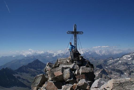 Ein Gipfelfoto muss sein, im Hintergrund die Goldbgergruppe