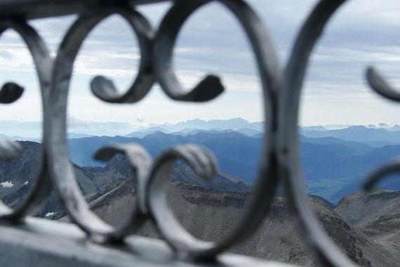"""Die Julischen Alpen, aufgenommen """"durchs"""" Gipfelkreuz"""
