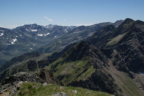 Vom Kehlluckerlkopf lässt sich das gesamte Ausmaß dieser Rundtour schön erkennen, links der Bildmitte mit den Schneefeldern erhebt sich das Kreuzeck