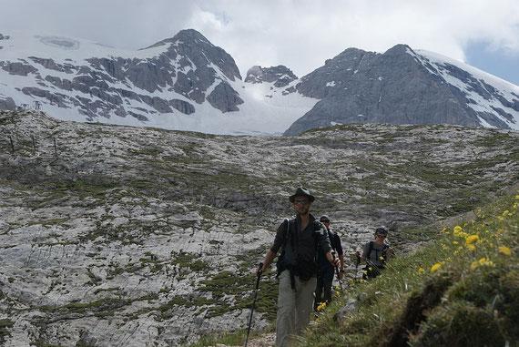 Abstieg zurück zum Pass, die Punta Penia ständig im Rücken