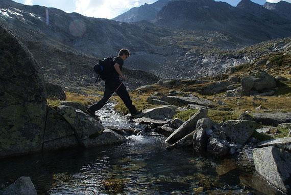 Die Bachquerung über den Keesbach ist problemlos. Im Gletschervorfeld muss man bei starker Schnee- und Eisschmelze nasse Füße in Kauf nehmen