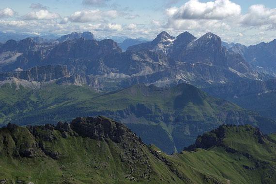 Traumhafte Aussicht zu den unzähligen Dolomitengipfeln