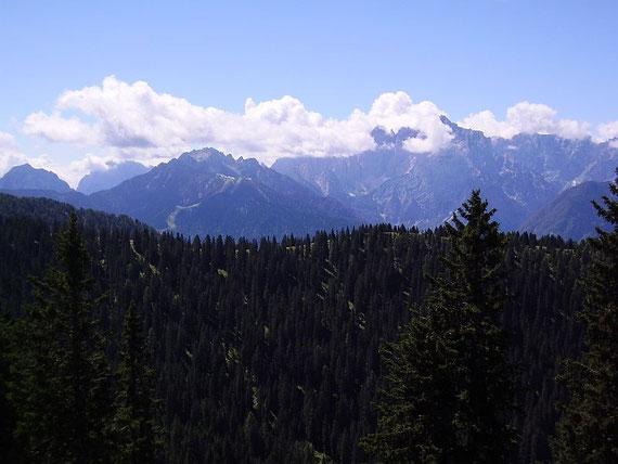 Blick in die Julischen Alpen; links der Monte Lussari und der Cacciatore rechts im Nebel der Wischberg