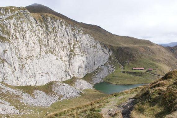 """Nochmals der Blick zurück zum See, samt der """"Kletterwand"""""""