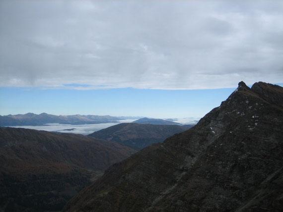 Nach Nordosten hin reicht der Blick weit über den von Hochnebel bedeckten Lungau hinaus. Am rechten Bildrand ist die Wandspitze zu sehen
